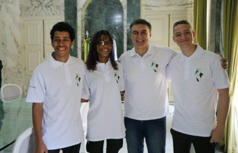 Governador recebe estudantes  vencedores de concurso