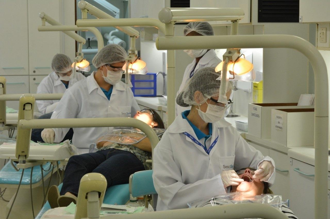 Unidade móvel Odontosesc oferece serviços  odontológicos gratuitos em Duque de Caxias