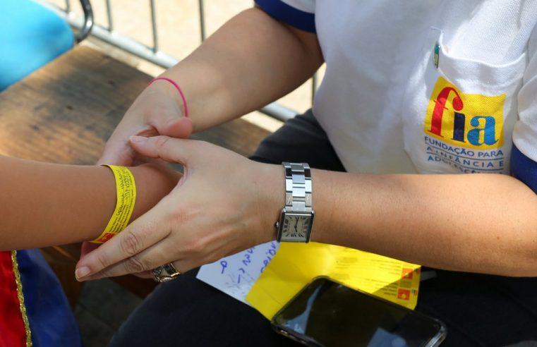 FIA distribui pulseiras para  identificação de crianças