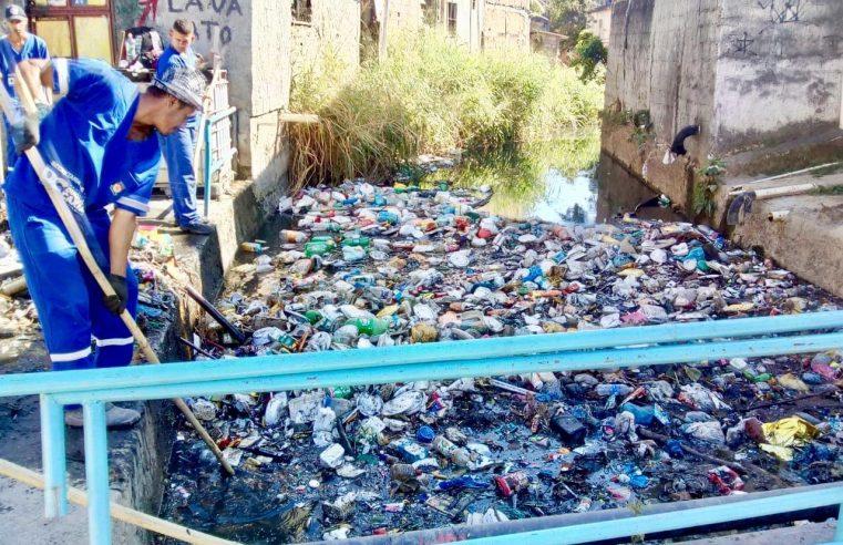 Campanha não impede morador de  Caxias de jogar lixo nas ruas e nos rios