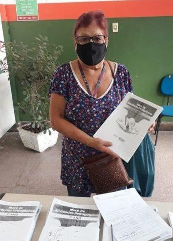 Alunos sem acesso à internet recebem  apostilas impressas em Nilópolis