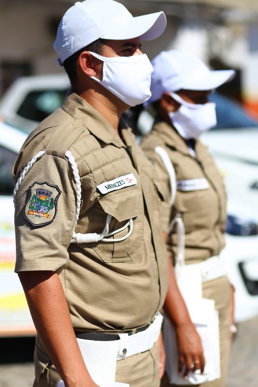 Orientadores e agentes de trânsito de uniforme novo em Belford Roxo
