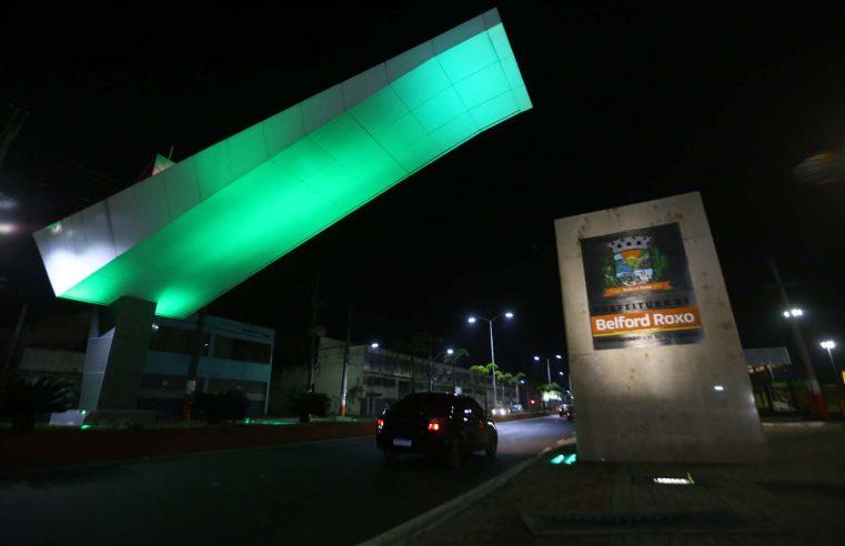 Pórtico de Belford Roxo recebe iluminação verde em homenagem aos profissionais de educação física