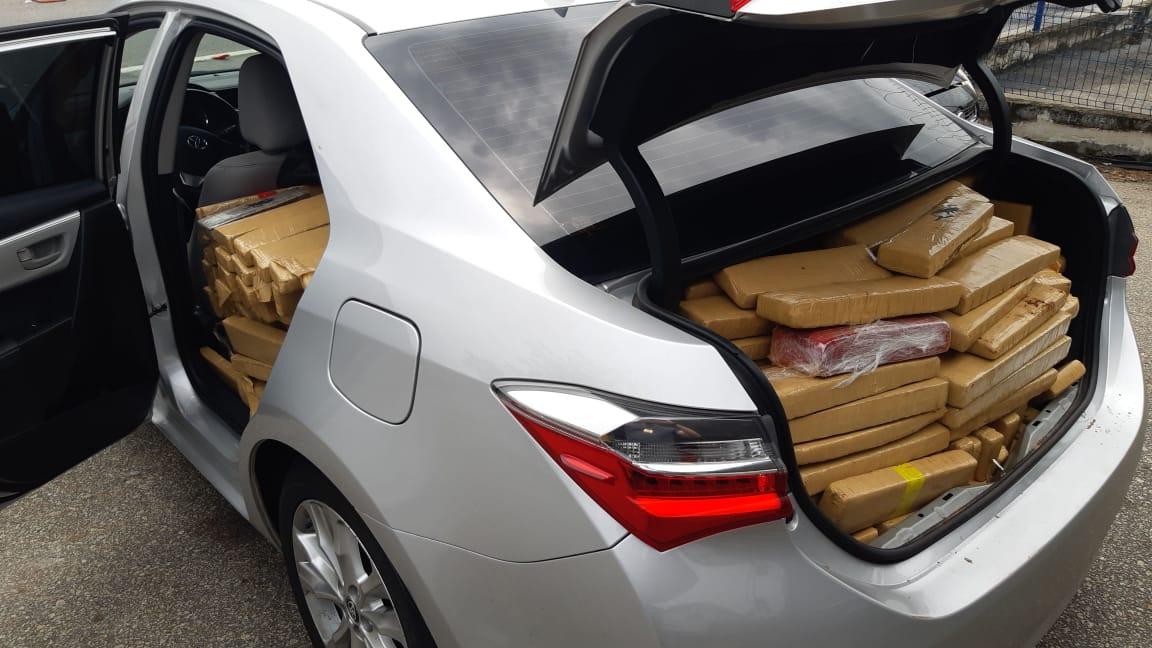 Quatro homens e uma mulher são presos com cerca de 750 quilos de maconha na Baixada Fluminense