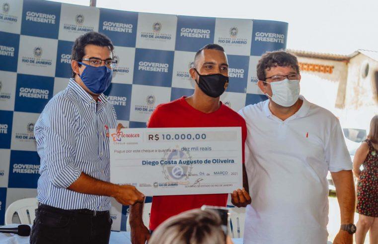 Governo do Estado entrega R$ 100 mil para  agricultores e lança programa de energia solar