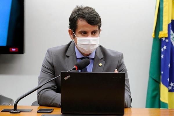 Reforma do IR beneficia maioria dos médicos e profissionais de saúde, diz deputado