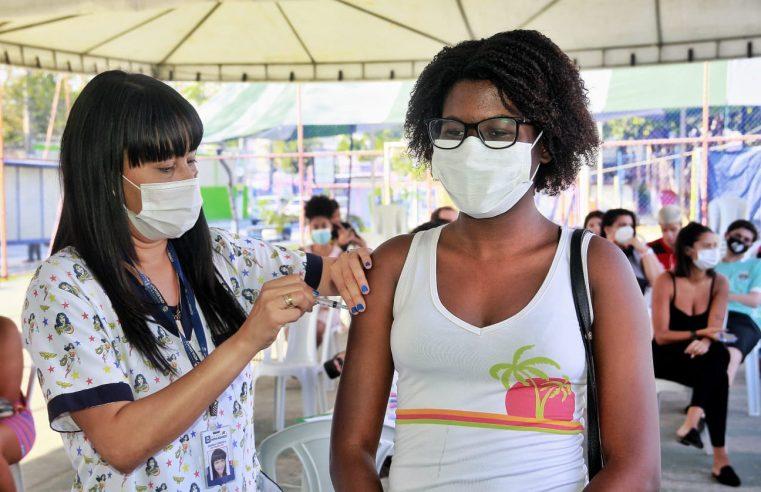 Nova Iguaçu vacina adolescentes  de 15 anos nesta terça-feira